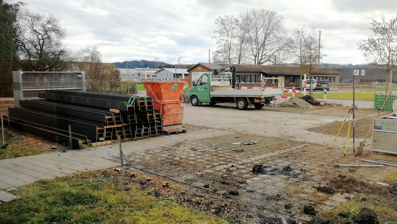 Die Baugrubensicherung ist in vollem Gange
