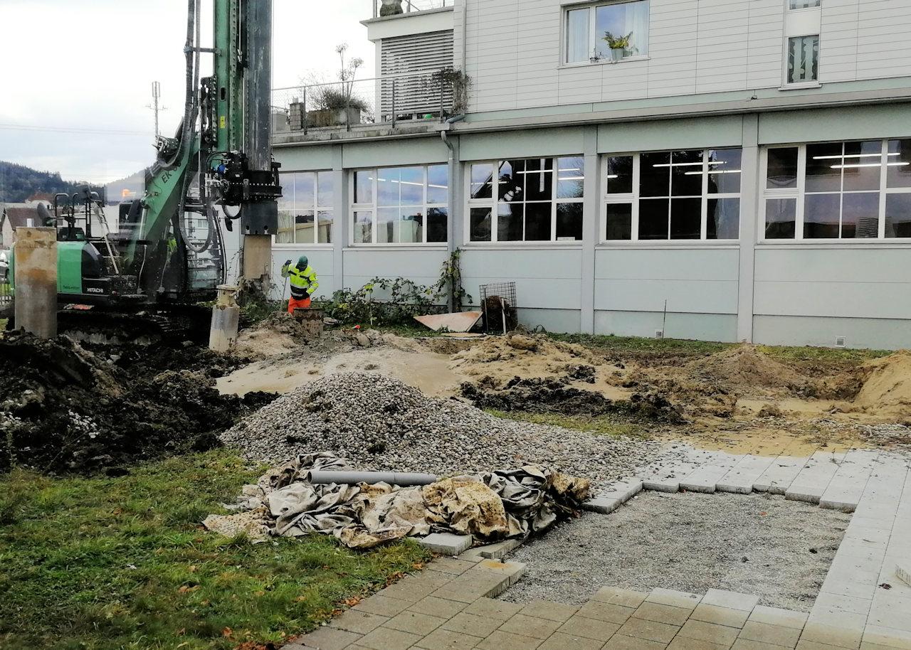 Löcher für die Baugrubensicherung werden gebohrt